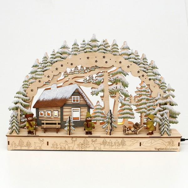Holz Schwibbogen Hütte im Winterwald mit Moosmann-Figuren (Rückseite verziert) (Laserholz) 45 x 8 x 29,5 cm Batteriebetrieb AA, inkl. Adapter 4,5 V, LED