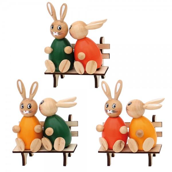Holz Hasen küssend auf Bank grün, orange, gelb 3-fach sort. 8 x 6 x 12 cm im Set