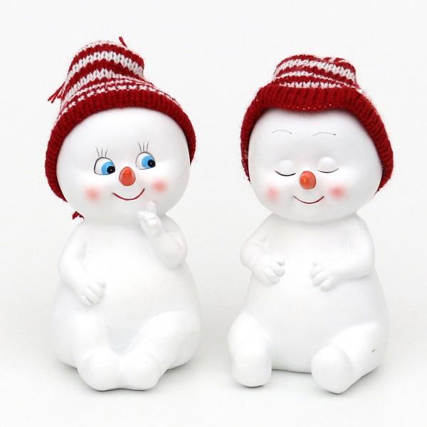 Polyresin Schneekinder mit Strickmütze rot/weiß sitzend 2-fach sort. 8,5 x 6,5 x 12,5 cm im Set