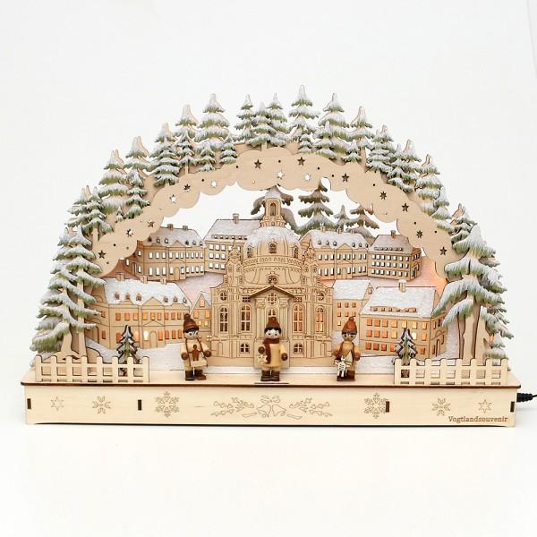 Holz Schwibbogen Stadt mit Dresdner Kirche mit Winter-Figuren (Rückseite verziert) (Laserholz) 45 x 7 x 30 cm Batteriebetrieb AA, inkl. Adapter 4,5 V, LED