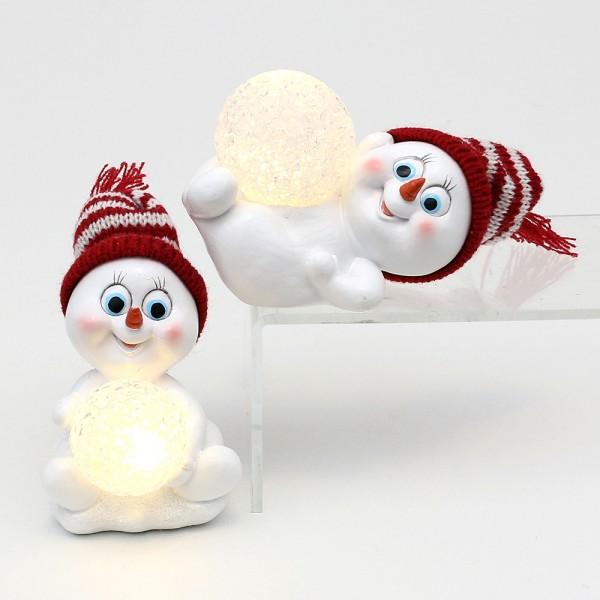 Polyresin Schneekinder mit Strickmütze rot/weiß mit beleuchteter Acrylkugel 2-fach sort. 11 x 7 x 11 cm LED im Set