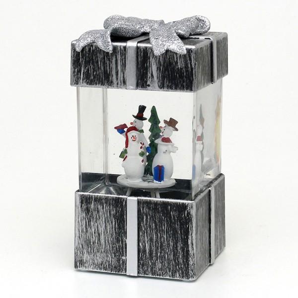 Acryl LED Geschenkbox, mit Schneemannfamilie, silber 10 x 9,5 x 18 cm Batteriebetrieb AA, Netzanschluss 5 V, LED, Glitterwirbel, Sound